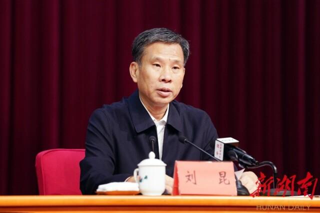 中央宣讲团成员、财政部党组书记、部长刘昆作宣讲报告。
