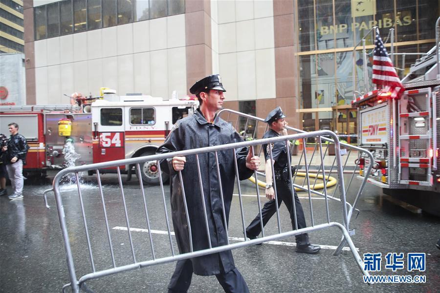 (国际)(2)一直升机在纽约曼哈顿一大厦楼顶坠毁 飞行员丧生