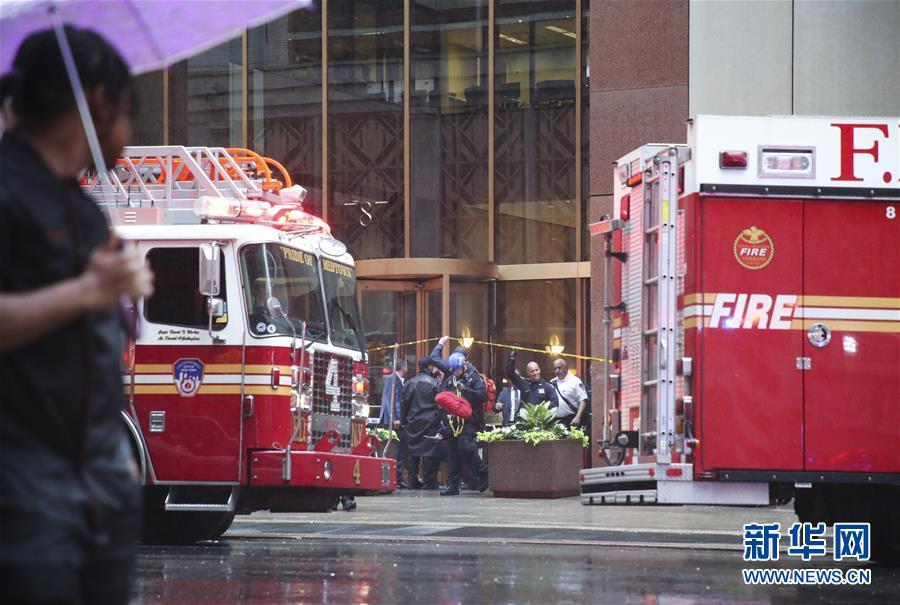 (国际)(8)一直升机在纽约曼哈顿一大厦楼顶坠毁 飞行员丧生