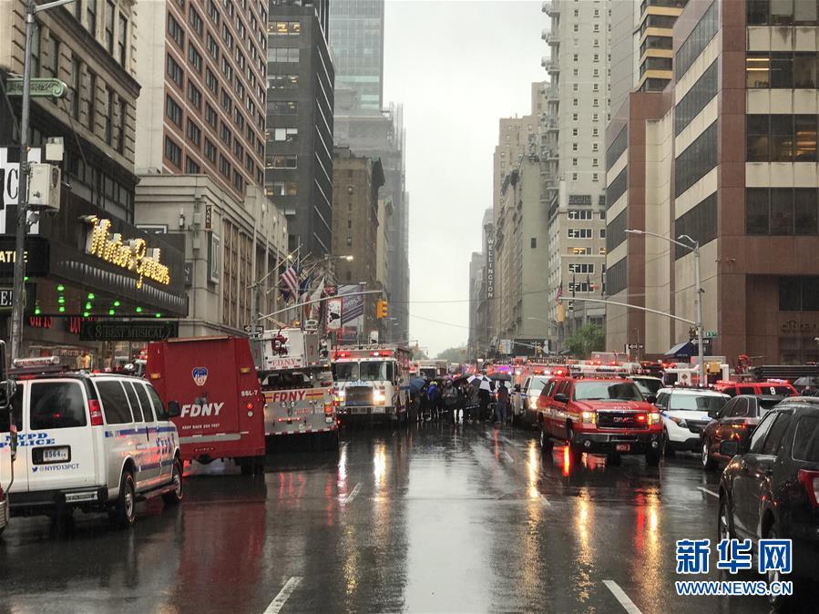 (国际)(11)一直升机在纽约曼哈顿一大厦楼顶坠毁 飞行员丧生