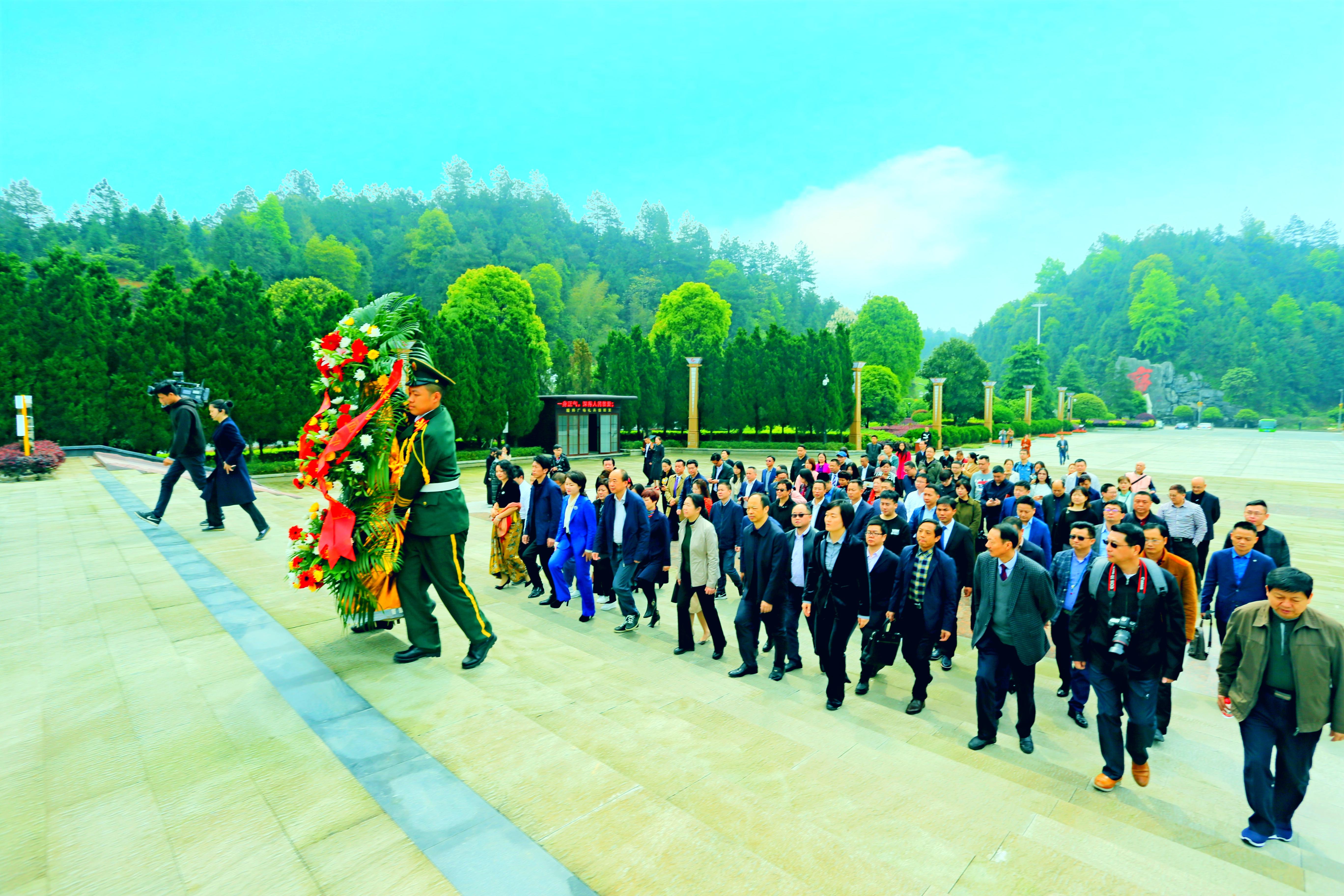 2017年,湖南省委统战部组织新的社会阶层代表人士参观韶山,向毛泽东铜像敬献花篮。