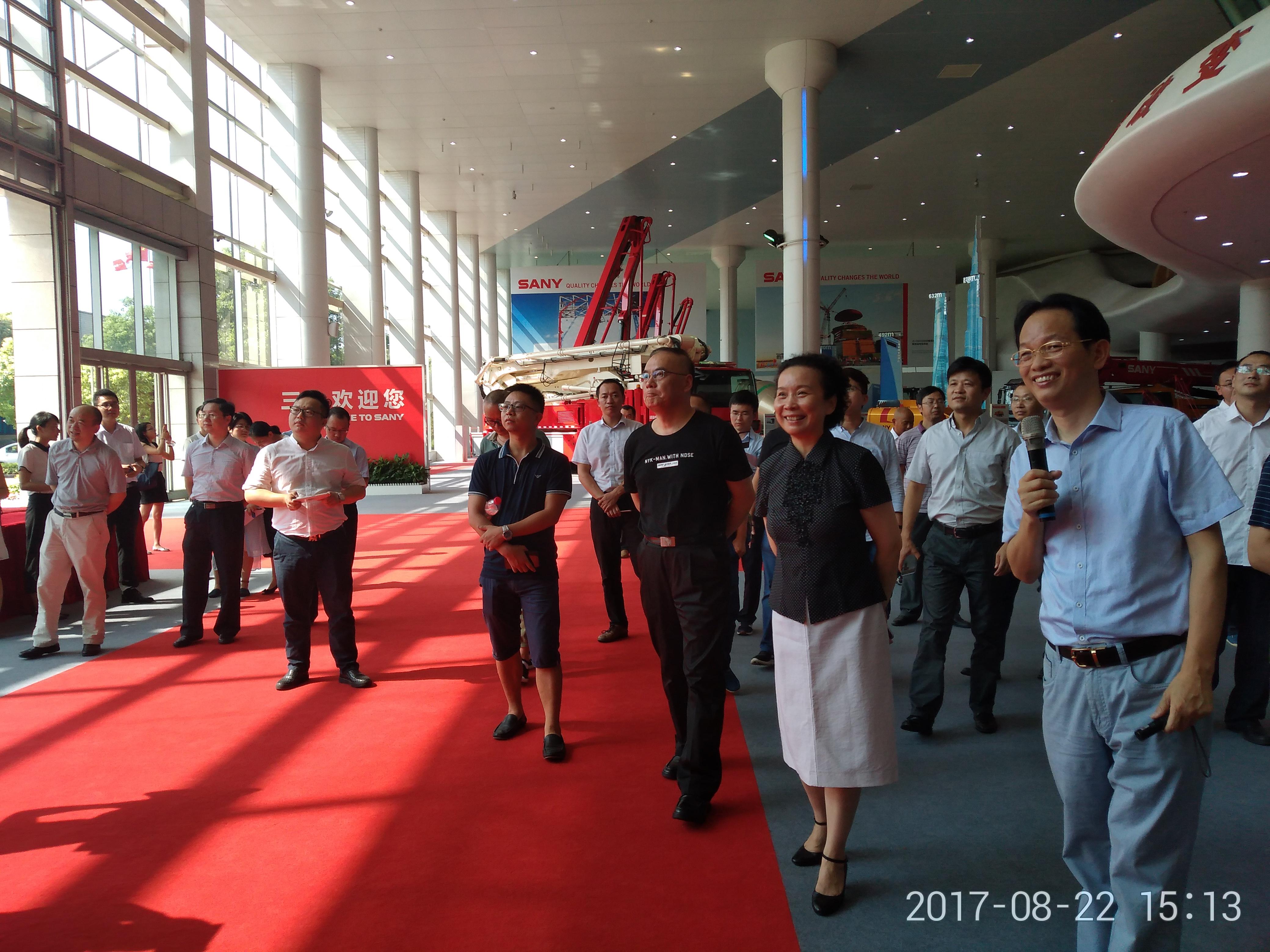 2017年8月,省委统战部组织新阶层人士参观访问湖南制造产业。